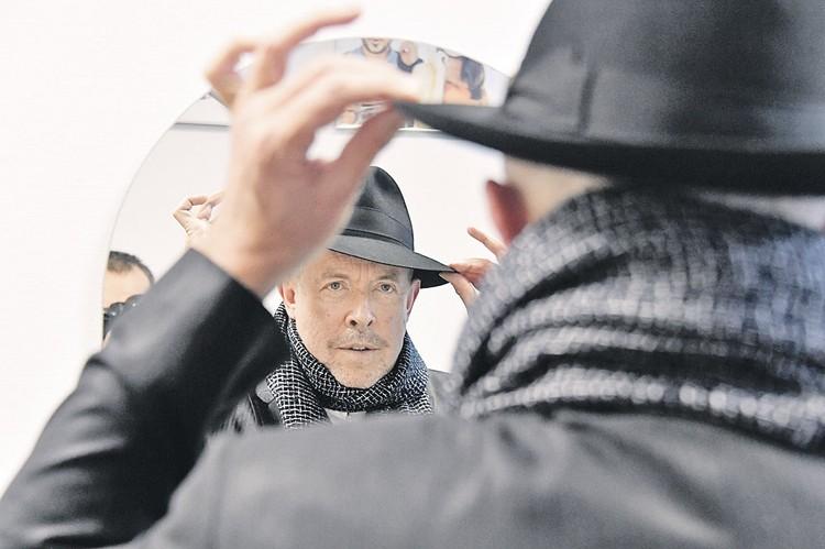 После записи на Радио «Комсомольская правда» Андрей Макаревич перед зеркалом минут пять пристраивал на голове лидера «Машины времени» стильную шляпу.