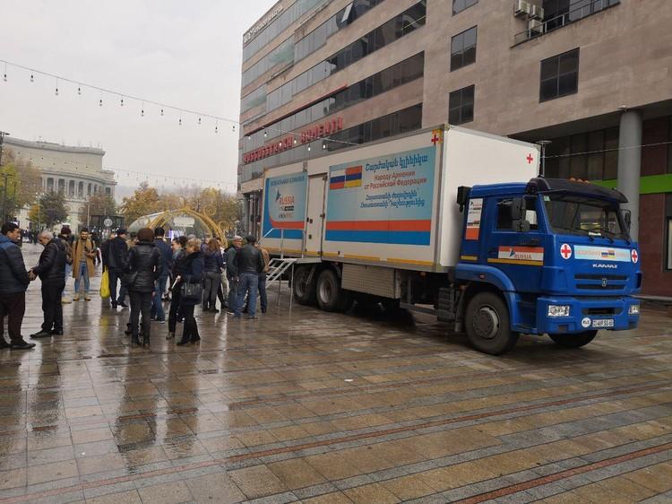 Российская помощь Армении многообразна: вот, например, бесплатная проверка на ВИЧ местных жителей. ФОТО: Алексей Иванов