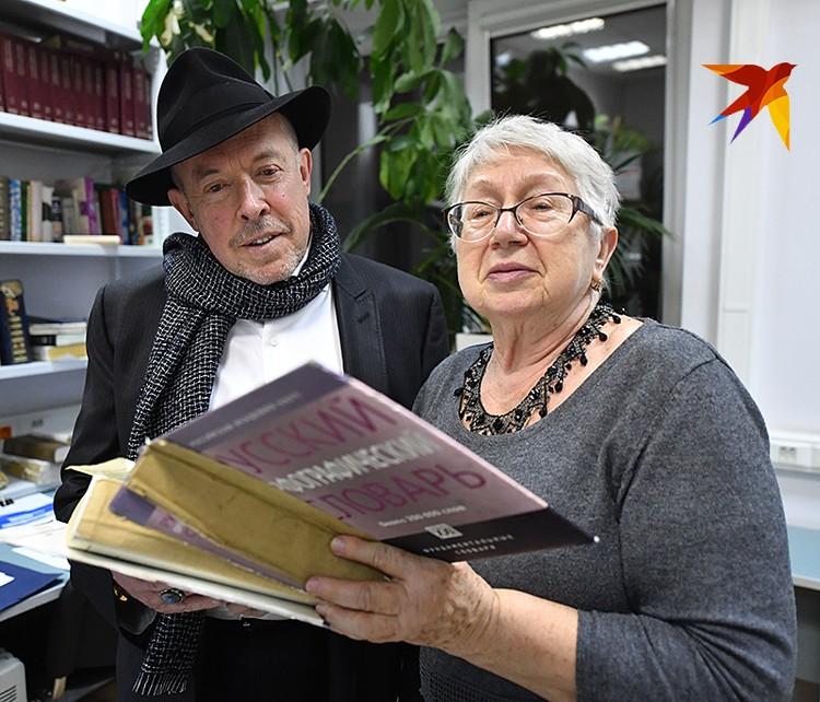 Самый главный корректор «КП» Полина Варывдина показала Андрею Макаревичу советские словари. Гость был в восторге!