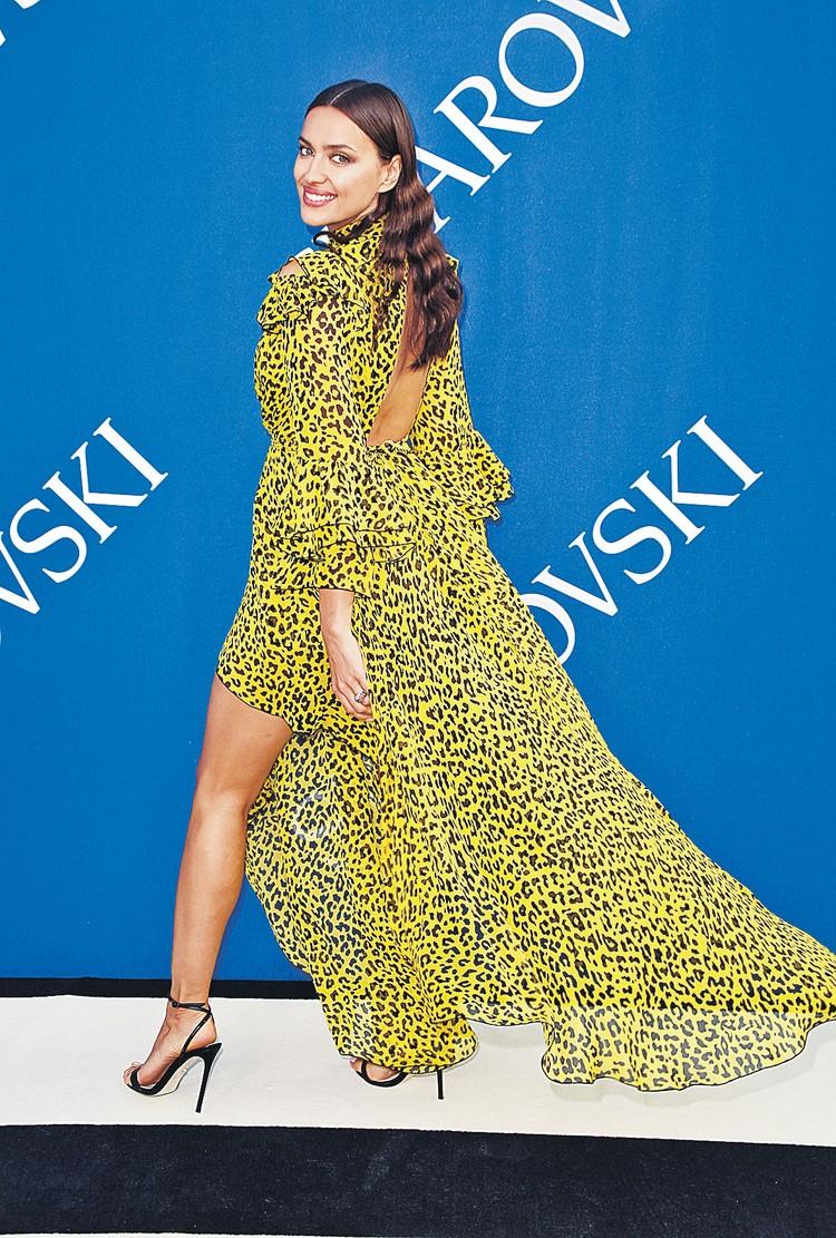 Модель Ирина Шейк прекрасна в легком и воздушном леопарде.