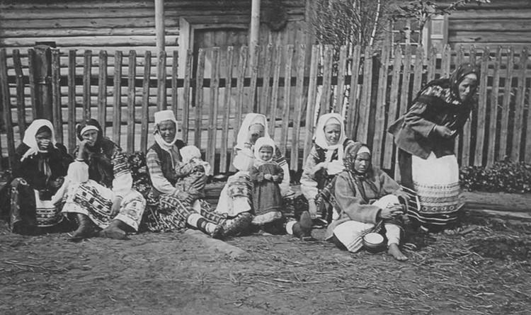 Фольклорист Исаак Сербов в 1911-м снял в Бобруйском уезде крестьянок с детьми.