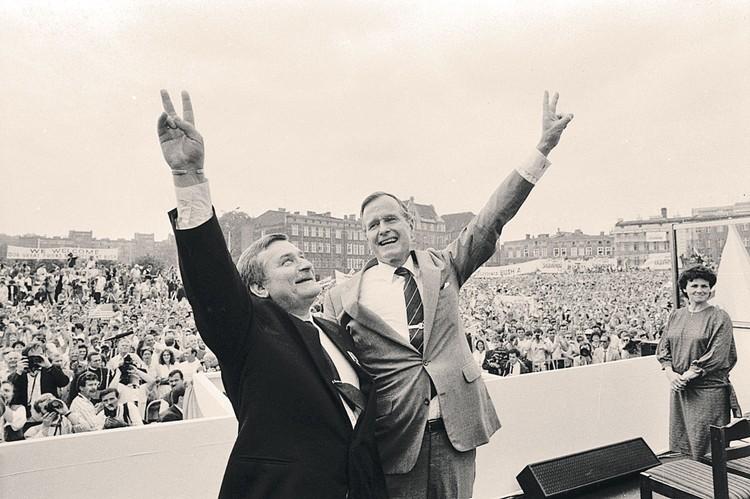 Рейган не смог насладиться триумфом лично - к падению соцлагеря в 1989 году президентом США уже был Джордж Буш-старший. Вот они с Валенсой (на фото - слева) ликуют на «демократическом митинге» в Гданьске, где когда-то зародилась «Солидарность».
