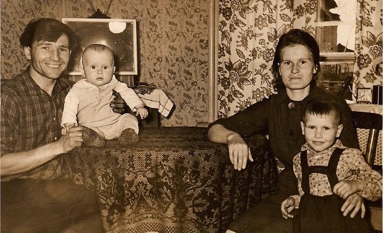 Семья Выгузовых разошлась, когда Николаю Степановичу было 32 года. Супруга вместе с сыном Александром (на фото: на руках у матери) перебрались в Москву. Фото: Личный архив Александра Малинина