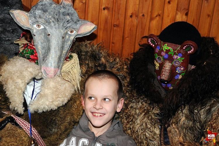 Чаще всего в колядной громаде белорусов были маски Козы и Медведя, как на Колядах в Крево.