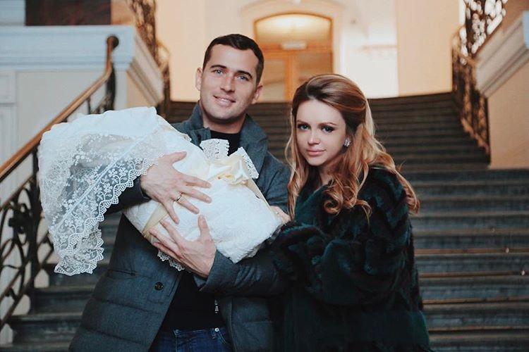 Это фото сделано меньше двух лет назад. Счастливые родители держат на руках долгожданного сынишку.
