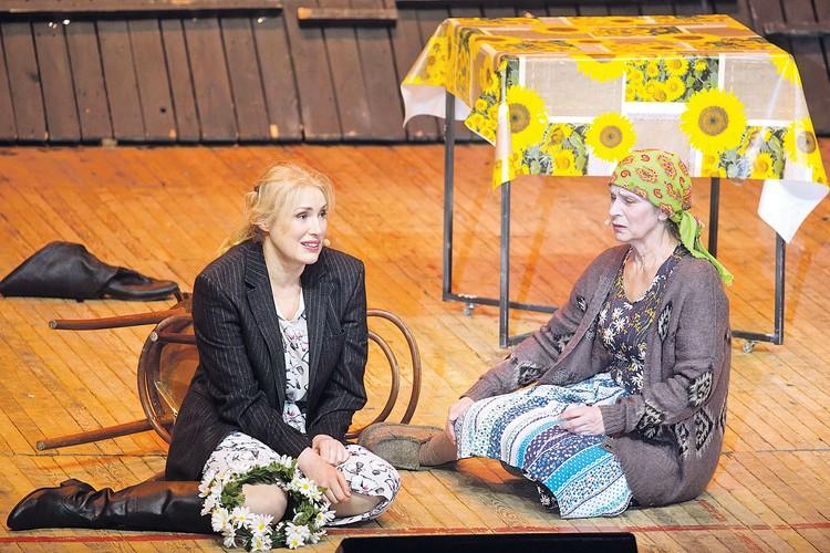 Мария Шукшина (слева) в спектакле «Калина красная».
