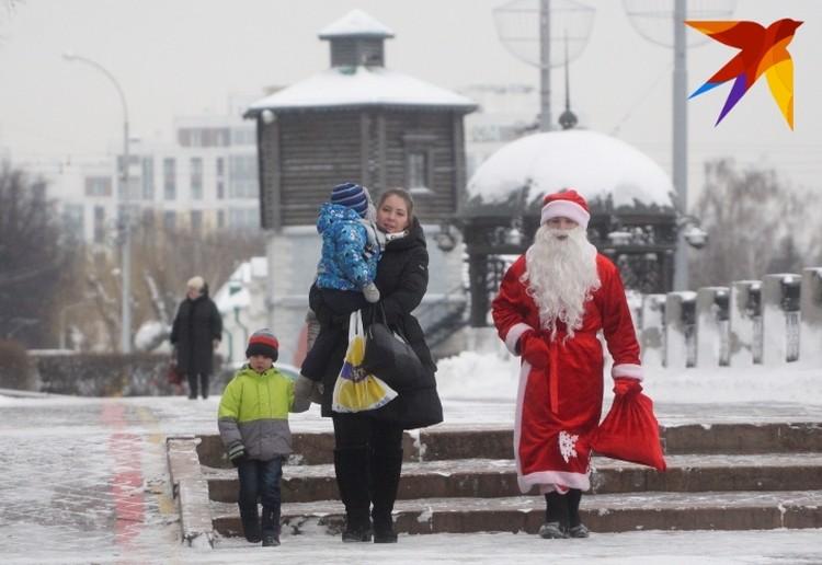 На работу Дед мороз идет через центр.