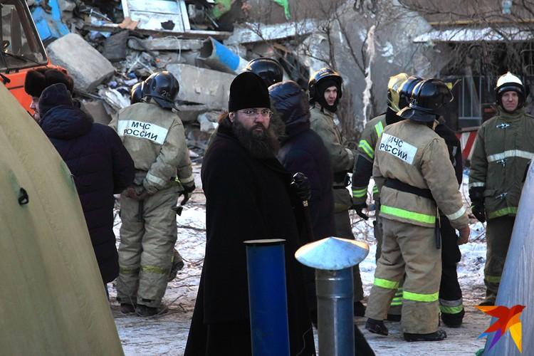 РПЦ направила на место священнослужителей. Батюшки общаются с пострадавшими, пока волонтеры кормят спасателей.