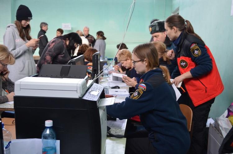В ближайшей к дому школе работает оперативный штаб, где помогают выжившим жителям. Фото: ГУ МЧС по Челябинской области