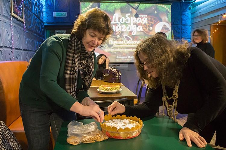"""Украшаем, пока не съели! Между прочим, шарлотка от """"Комсомолки"""". Фото: Георгий СЕРЕБРЯКОВ,"""