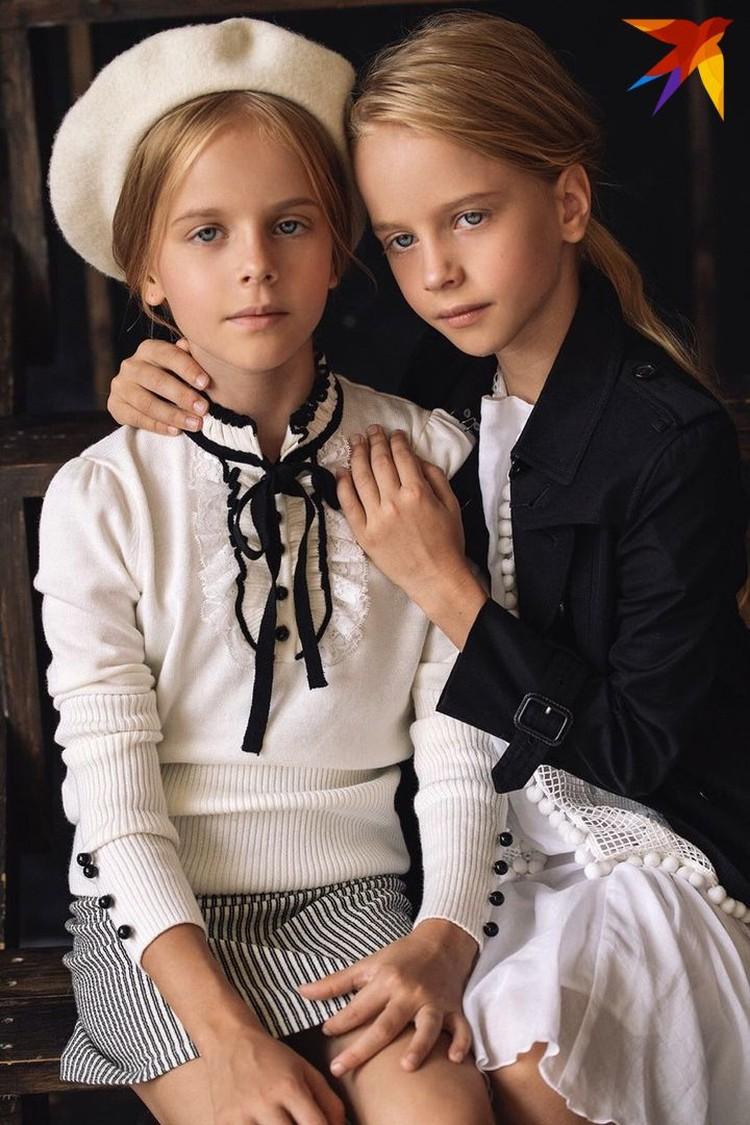 Кира и Влада – красавицы-близняшки - радуют дедушку успехами в школе и на подиуме. Фото: личный архив.