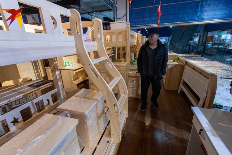 Китайцы делают мебель из нашей ангарской сосны