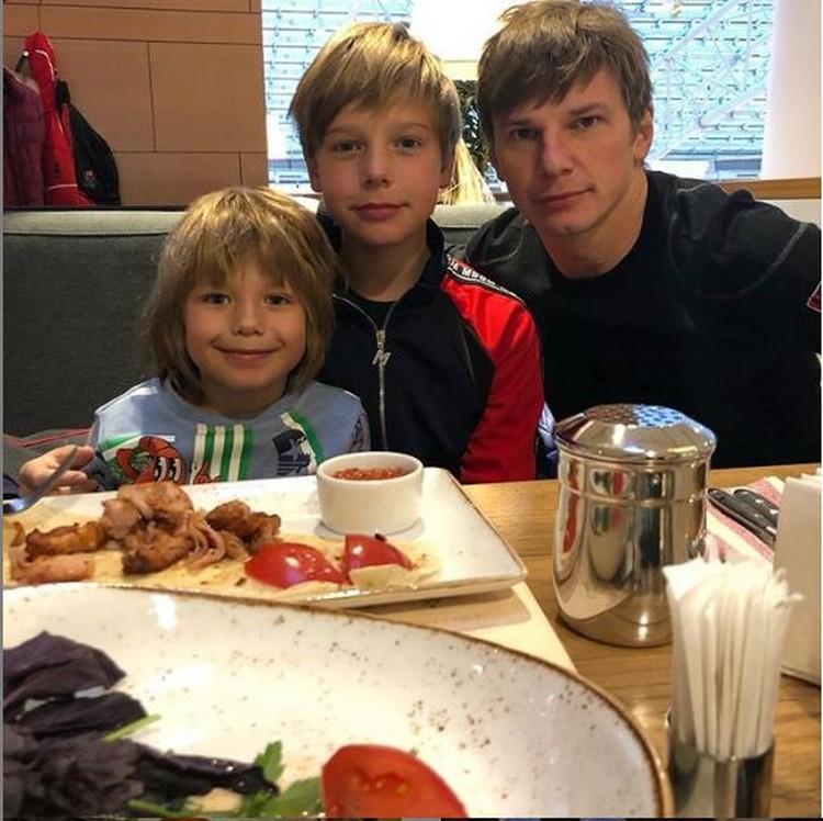 Андрей впервые за долгое время встретился с сыновьями - Артемом и Арсением. Фото: Инстаграм.