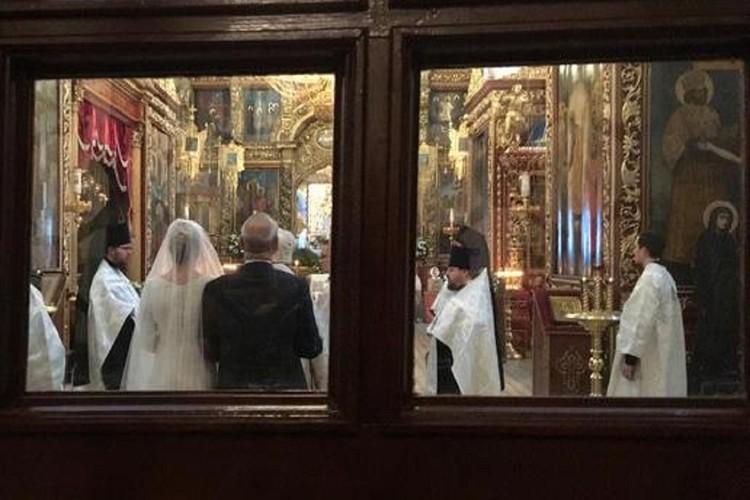 Венчание Андрея Кончаловского и Юлии Высоцкой прошло в Пскове, журналисты смогли сделать лишь один кадр из-за двери, никого из прессы на церемонию не пустили. Фото: ПЛН.