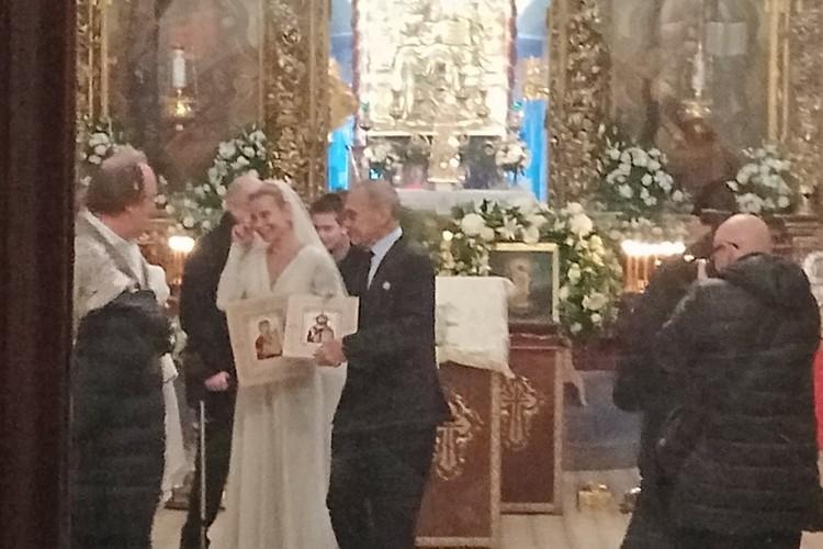 Юлия Высоцкая растрогалась после церемонии венчания в Пскове. Таинство с Андреем Кончаловским состоялось в Троицком соборе 20 января 2019 года. Фото: Псковская лента новостей.