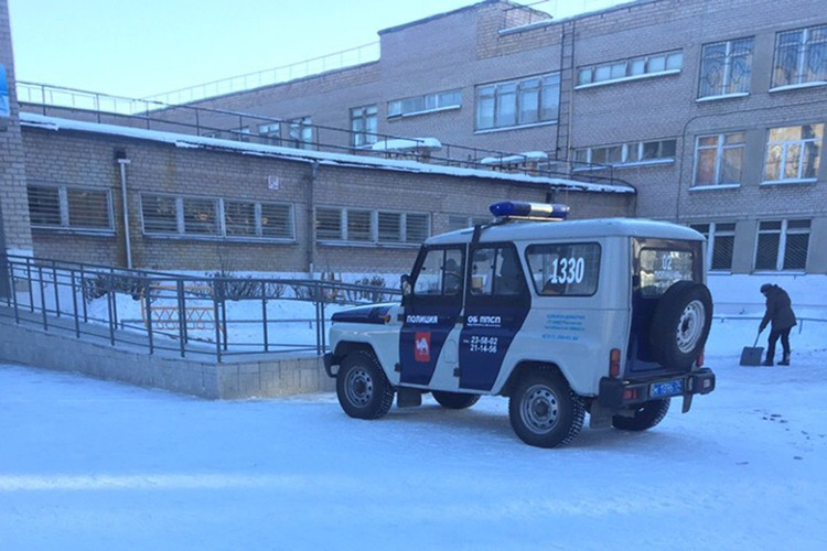 Из школы №62 эвакуировали учителей и учеников. Фото: группа «Черное&Белое Магнитогорск»/vk.com