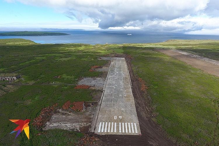 Рулежная дорожка аэродрома сохранилась идеально, а взлетную полосу (на фото справа) проще построить заново.