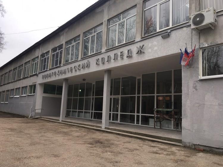 Главный вход в здание тоже пока на ремонте