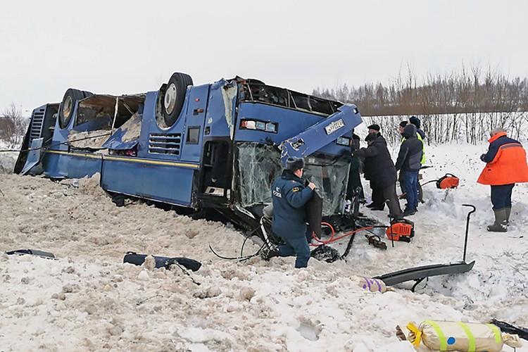 Автобус с детьми , которые ехали из города Ярцево Смоленской области в Калугу опрокинулся на бок