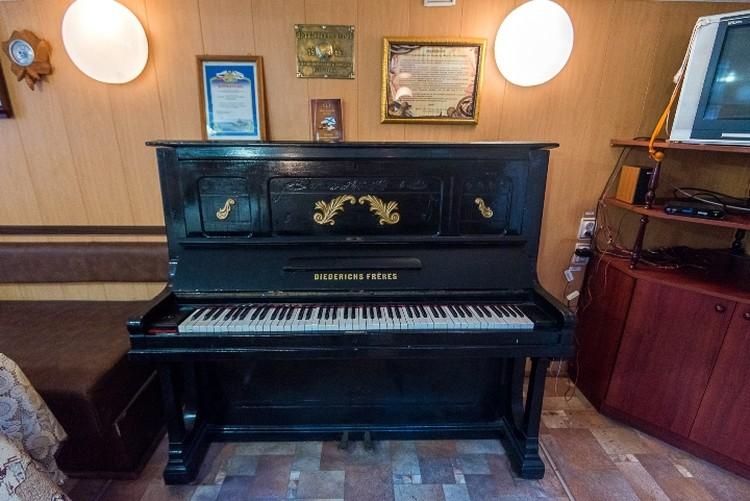 Пианино в офицерской кают-компании было установлено во время постройки судна.