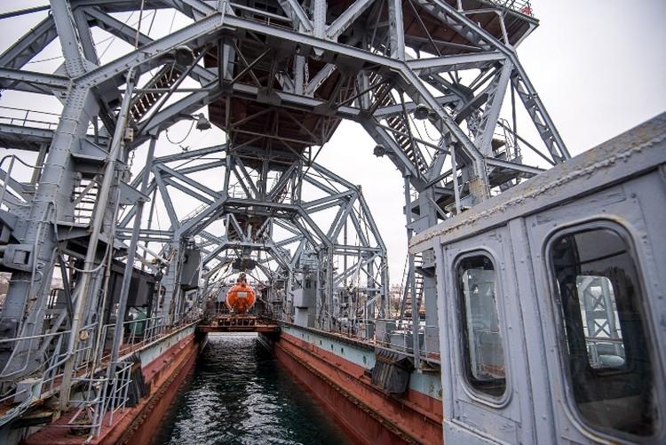 """""""Коммуна"""" - судно-катамаран, состоит из двух корпусов, скрепленных четырьмя 18-метровыми арочными """"фермами""""."""