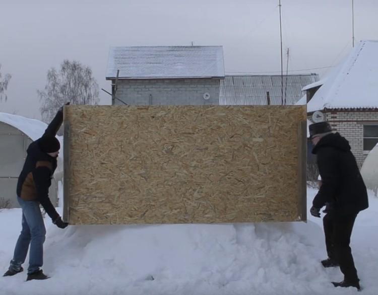 Сначала на сугроб установили специальный короб, чтобы придать ему форму Фото: скриншот с видео