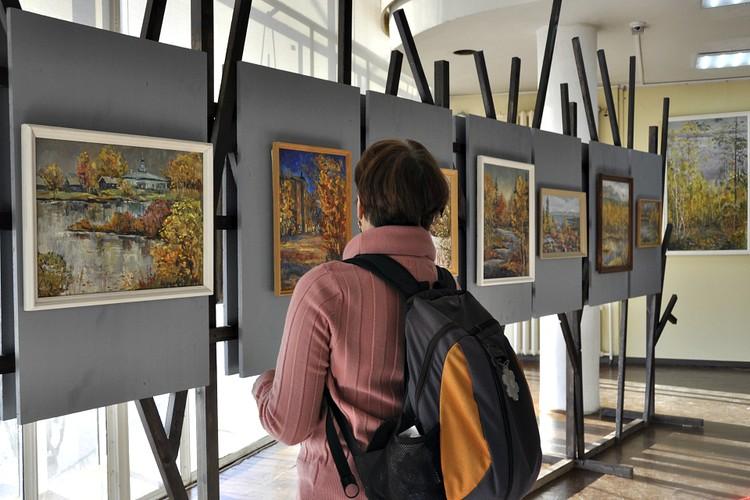 Картины местных художников присутствуют и в визуальном оформлении форума, например, на банерах.