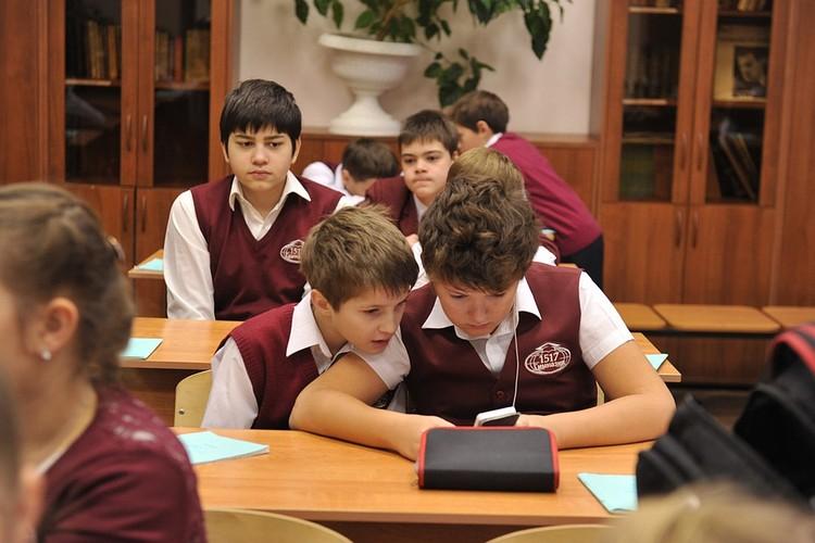 Без новомодного смартфона не обходится ни один современный школьник, в соцсетях ведется значительная часть жизни подростков.