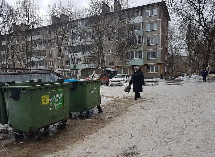 Рано утром проходившая мимо женщина услышала поскуливание из мусорного бака. Фото: Александр ЕФАНОВ.