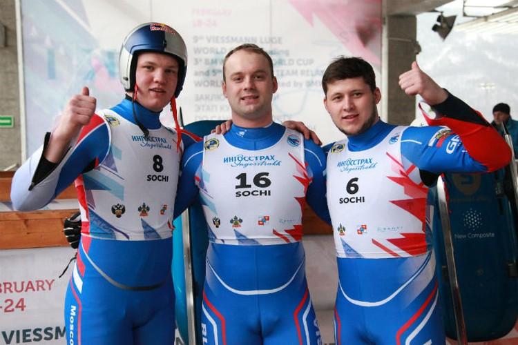 Семен в компании Романа Репилова (слева) и земляка Александра Горбацевича (справа). Фото: федерация санного спорта России.