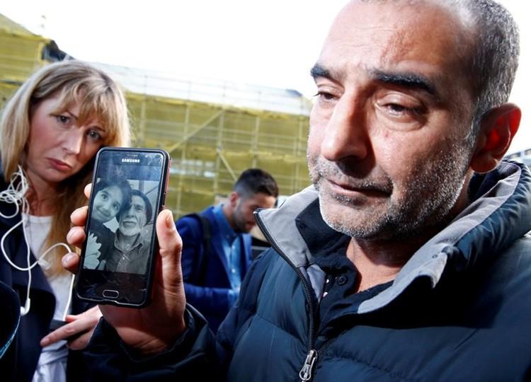 Брат Омара, Яма Наби, тоже демонстрирует журналистам снимок героически погибшего отца с одним из его девяти внуков