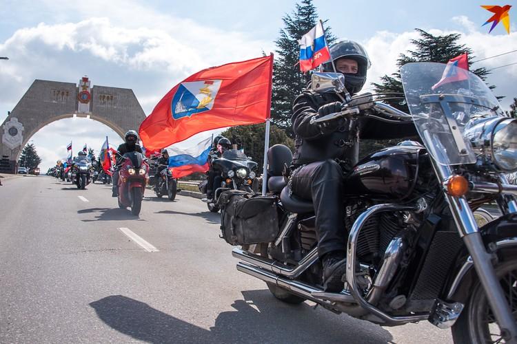 Эффектно мотоциклисты проехали через ворота города