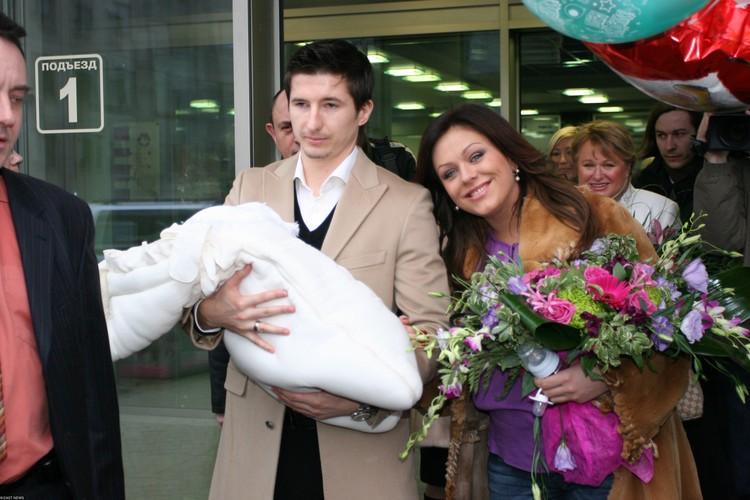 Юлия Началова и Евгений Алдонин с новорожденной дочкой