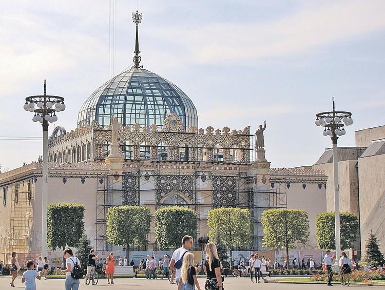 А на павильоне «Металлургия» (бывшая «Казахская ССР») воссоздали купол со шпилем высотой 9 метров. Фото: Пресс-служба мэрии Москвы