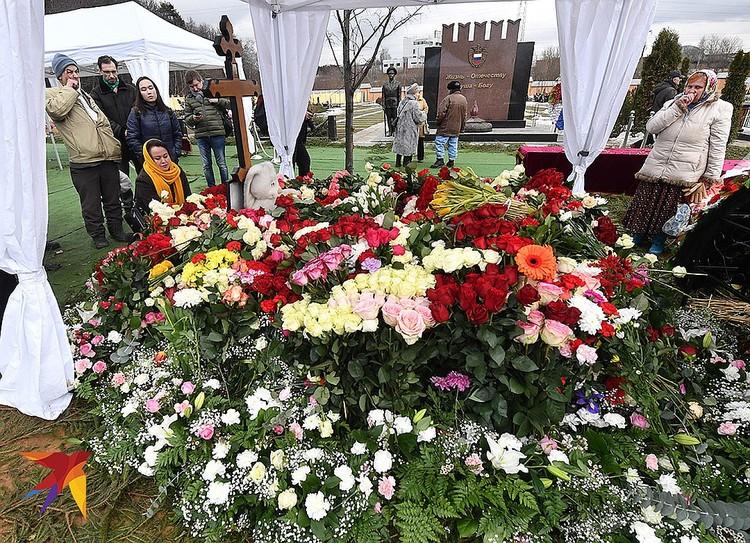 У могилы Юлии Началовой.