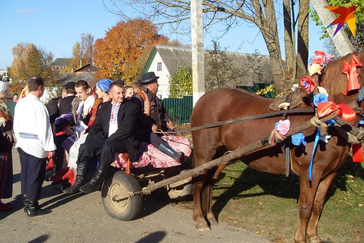 Так выглядел отъезд жениха к невесте на традиционной свадьбе в версии реконструированого обряда в Ушачах. Фото: Татьяна КУХАРОНАК