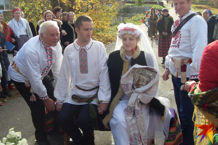 Перед отъездом в церковь молодых усаживали на посад - это повторили и на реконструкции традиционной свадьбы в Ушачах. Фото: Татьяна КУХАРОНАК