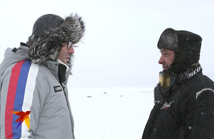 Андрей Малахов с туристом Сергеем Власовым, специально приехавшим на перевал к телеведущему.