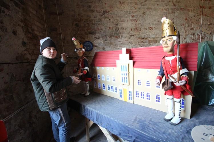 Макет замка с гренадерами, изготовленными мастерами Белгородского кукольного театра.
