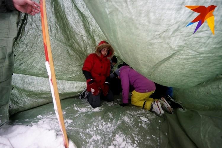 В четырехметровой палатке легко помещаются 9 человек.