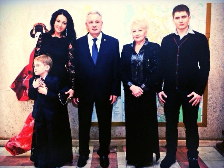 У экс-чиновника два сына и дочь.