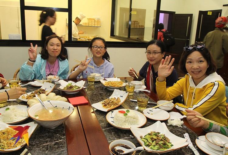 Застолье гостей из Китая в одном из ресторанчиков.
