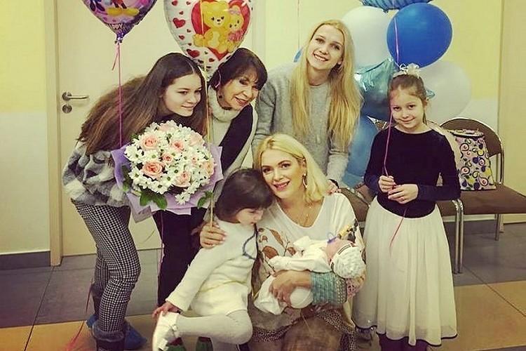 Мария Порошина с дочками, новорожденным сыном и мамой на выписке в Перинатальном медицинском центре.