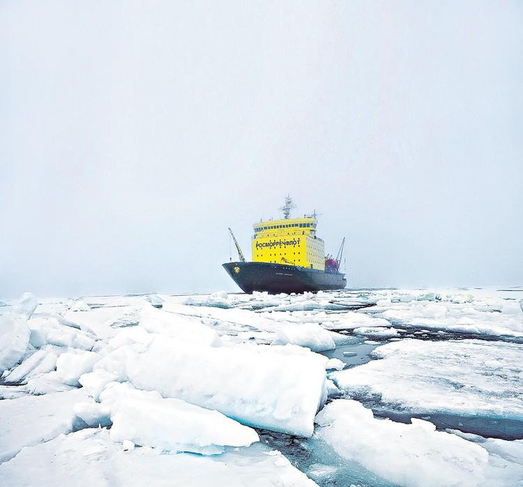 Сейчас арктический маршрут обслуживают четыре атомных и четыре дизель-электрических ледокола. За десять лет надо построить еще десять новых.