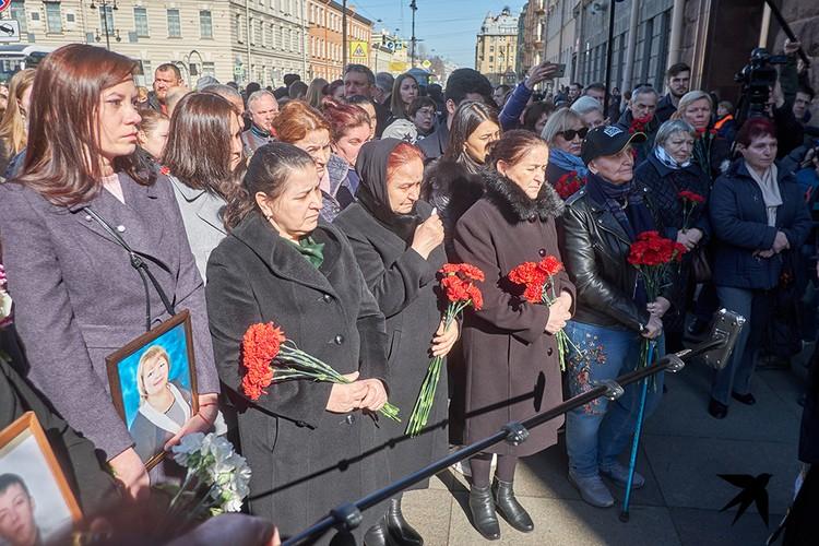 Почтить память жертв теракта пришли сотни людей.