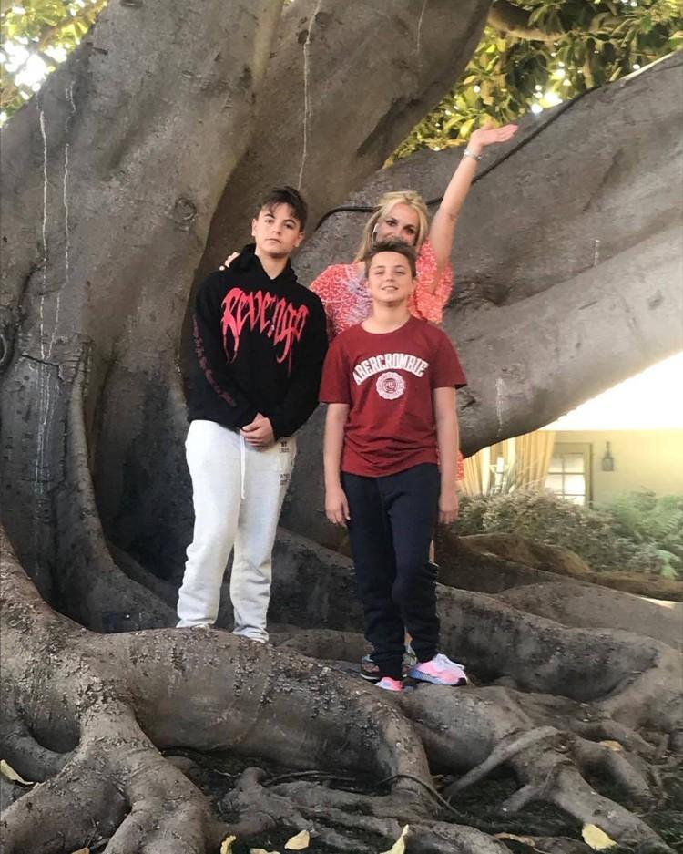 Бритни с сыновьями - 13-летним Джейденом и 12-летним Шоном Престоном.