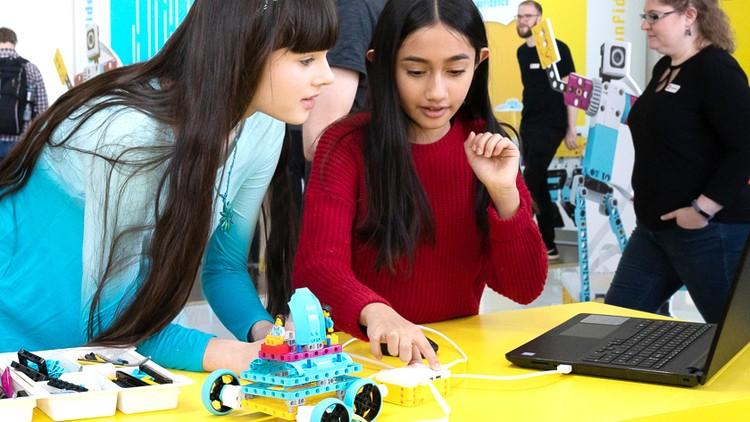 LEGO позволяет узнавать новое не из скучных учебников, а с помощью технического творчества. Фото: LEGO.