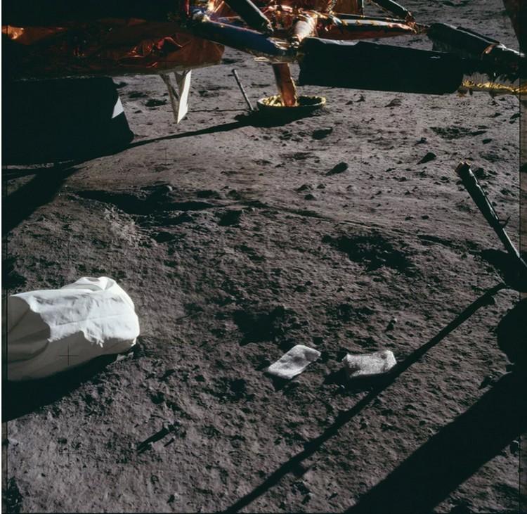 К мешку с дерьмом астронавты Аполлона-11 добавили то ли подгузник, то ли салфетку. Намусорили, как на каком-нибудь пустыре.