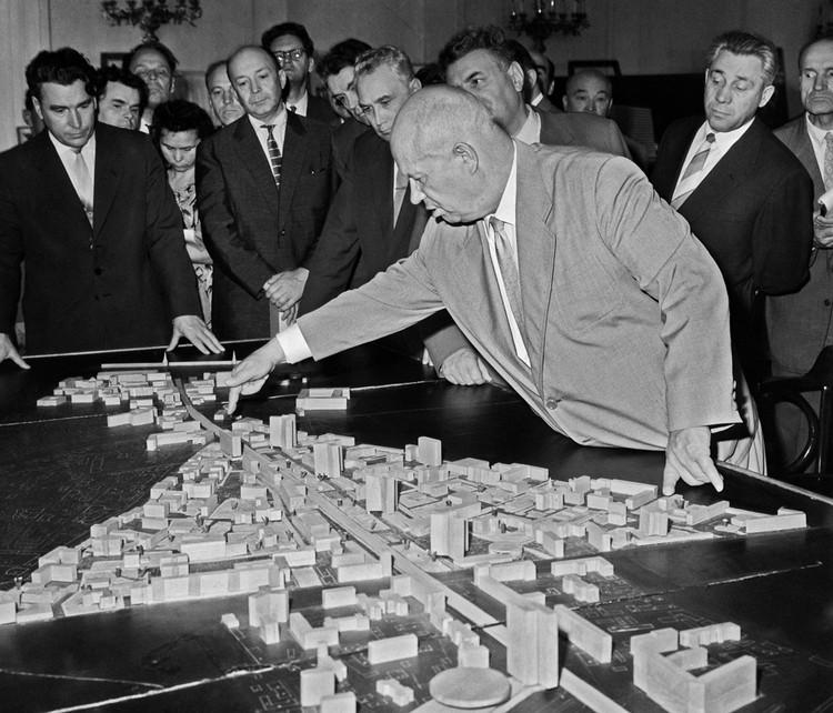 """Никита Хрущев ставил задачу застроить страну панельными пятиэтажками - ему важнее были не """"фантазии архитекторов"""", а переселение страны из бараков в свои квартиры..."""
