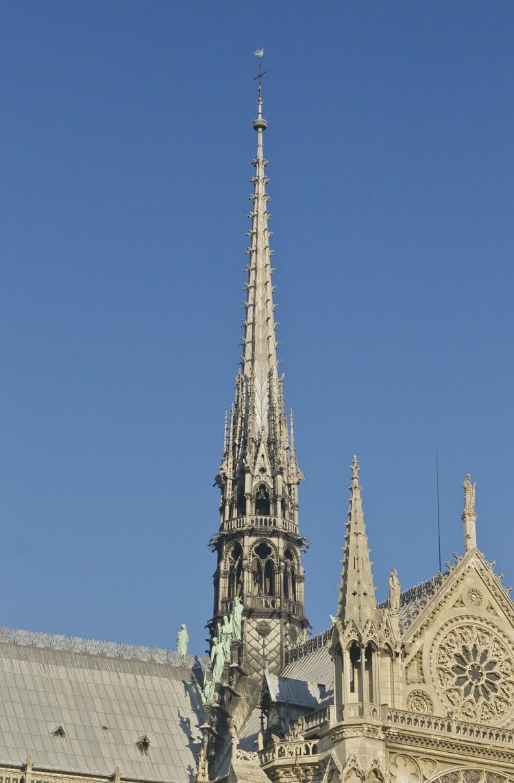 Уничтоженный пожаром шпиль собора.
